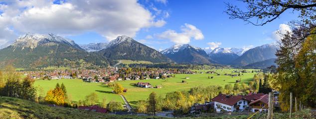 Wall Mural - Blick auf Oberstdorf mit frühwinterlich verschneiten Bergen