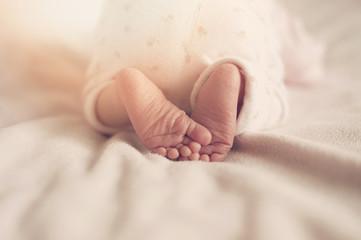 raggi del sole sui piedini di un neonato