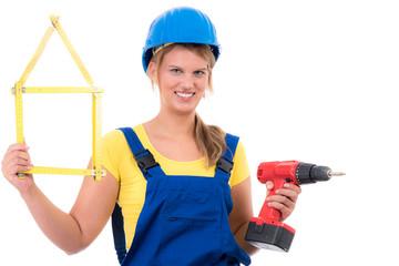 frau übt sich als handwerkerin
