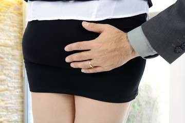 Sexuelle Belästigung, Mann greift Frau an Hintern oder Po