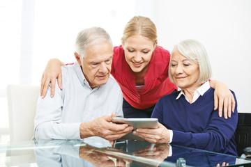 Senioren testen Apps auf Tablet Computer