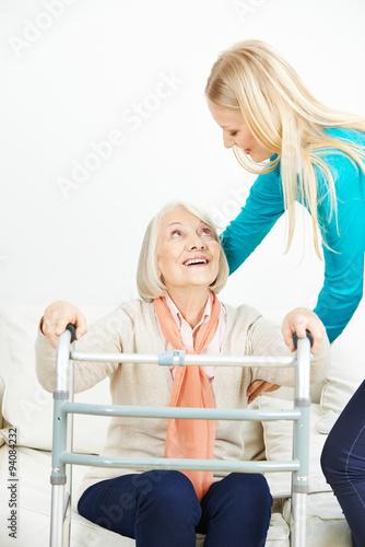 pflegehilfe hilft seniorin beim aufstehen stockfotos und lizenzfreie bilder auf. Black Bedroom Furniture Sets. Home Design Ideas