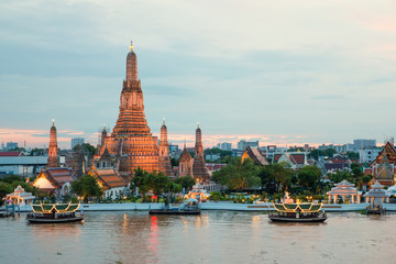 Papiers peints Edifice religieux Wat Arun and cruise ship in night ,Bangkok city ,Thailand