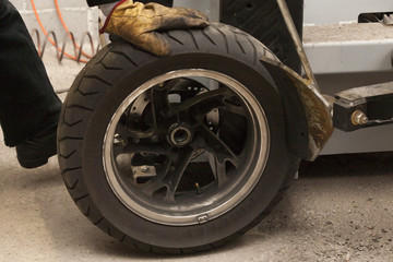 meccanico  gomme motocicletta. mechanical motorcycle tires