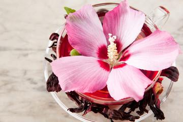 Malvenblütentee mit frischen und getrockneten Blüten