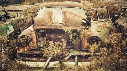 photo vintage d 39 une voiture accident e dans une casse automobile photo libre de droits sur la. Black Bedroom Furniture Sets. Home Design Ideas
