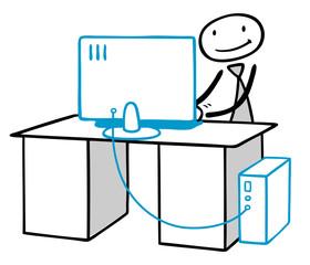 Mann arbeitet am Computer am Schreibtisch
