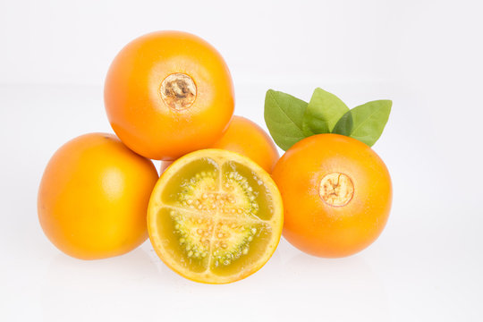 Lulo o naranjilla fruta tropical - Solanum quitoense.
