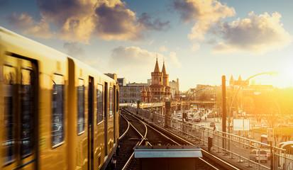 In de dag Spoorlijn Berlin Oberbaumbrücke