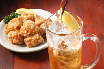 Fotobehang - ハイボールと唐揚げ Whisky Highball and Fried chicken