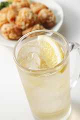 Fototapete - ハイボールと唐揚げ Whisky Highball and Fried chicken