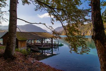 Bootshaus am See in Bayern im Herbst