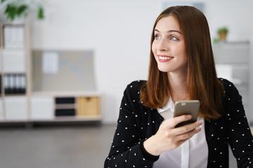 moderne frau hält ihr smartphone in der hand