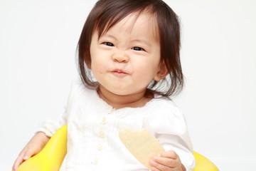 おやつを食べる赤ちゃん(0歳児)