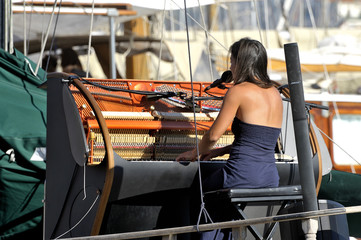 Singer gave a concert on an old sailboat