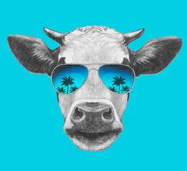 Fond de hotte en verre imprimé Bestsellers Portrait of Cow with mirror sunglasses. Hand drawn illustration.