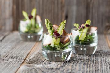 Grüner Spargel köstlich serviert