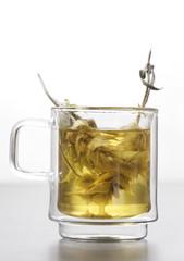 griechische Kräutertee im Glas