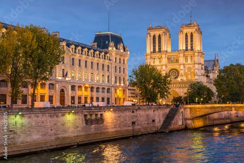 Fototapete Cathédrale Notre Dame de Paris et la Seine, la nuit, Paris