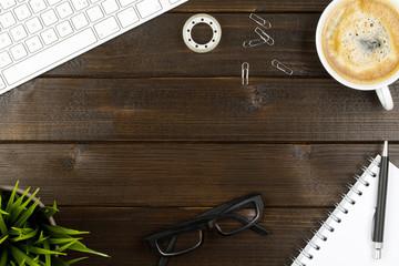 Schreibtisch Hintergrund mit Kaffee, Tastatur, Notizbuch, Pflanze und Brille