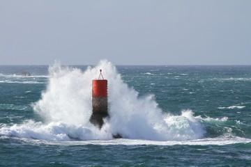 balise en mer,recouverte par des vagues , tempête