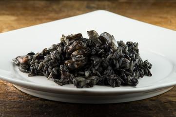 Riso, risotto al nero di seppia, risotto con seppie e gamberetti risotto al pesce fresco, riso nero