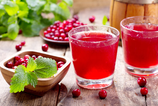 glass of cranberry juice with fresh berries