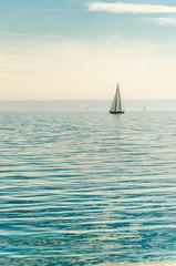 segelboot auf dem Bodensee bei Dunst
