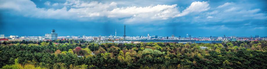 Großstadtpanorama mit Wald