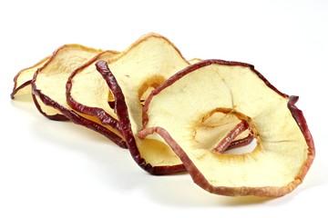 getrocknete Apfelringe isoliert auf weißem Hintergrund