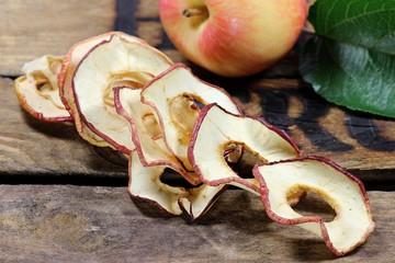 getrocknete Apfelringe auf alter Obstkiste