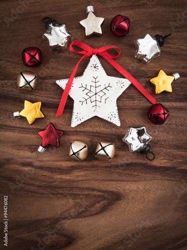 Kranz Aus Christbaumschmuck Sterne Schellen Holzgrund Weihna