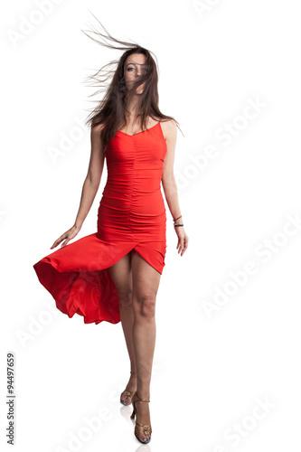 8ec803072ab5e Junge Frau mit wehenden Haaren und roten Kleid