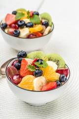 Frischer Obstsalat mit Kiwi,Äpfeln, Banane,Trauben