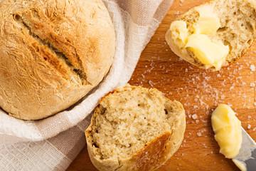 Frisch gebackene Brötchen mit Butter und Salz