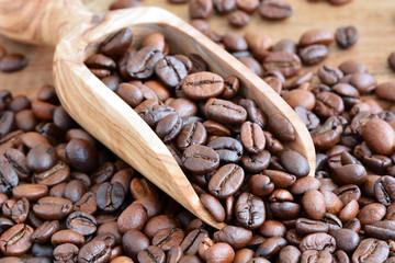 Kaffee - Kaffeebohnen geröstet auf Holzschaufel aus Olivenholz / Nahaufnahme - Makro