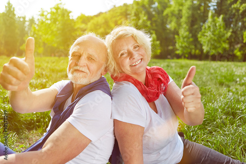 paar senioren h lt daumen hoch im urlaub stockfotos und lizenzfreie bilder auf. Black Bedroom Furniture Sets. Home Design Ideas
