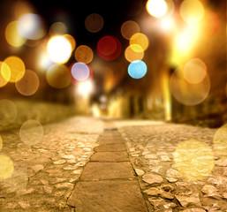 Fondo abstracto calle en la noche y luz de farolas.