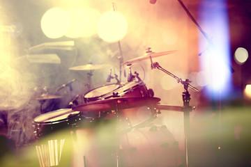 Fondo de la música en vivo. Bateria sobre el escenario.Concierto.