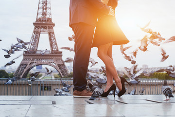 Foto op Textielframe Parijs couple near Eiffel tower in Paris, romantic kiss
