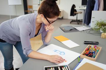 junge modedesignerin arbeitet an einer skizze