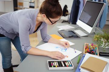 designerin arbeitet an einer skizze