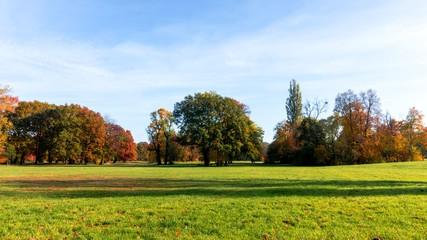 panorama parklandschaft im herbst
