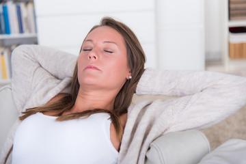 junge frau entspannt sich auf der couch