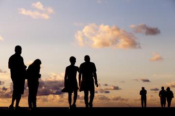 Siluetas de personas entre nubes