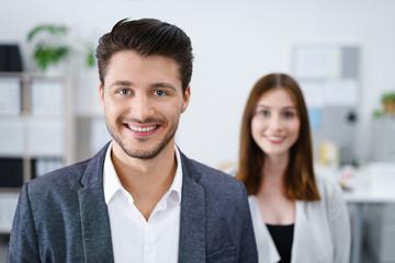 motivierte junge geschäftsleute am arbeitsplatz