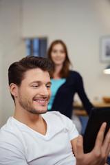 glücklicher mann mit tablet in der hand