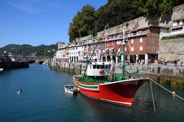 Chalutier de pêche dans le port de San Sebastian
