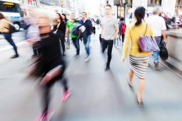 Bild mit kreativem Zoomeffekt von Menschen unterwegs in der Großstadt