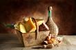 cesto in legno di formaggi e salame